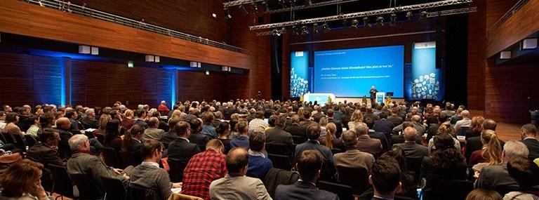 Bild Zuschauer und Podium 7. Erneuerbare Energien- und Klimakonferenz in Weimar