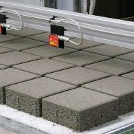 Qualitätsüberwachung bei der Herstellung von Betonwaren mit einer Anlage zur Steinhöhenmessung, die modular zur Rohdichteermittlung erweitert werden kann