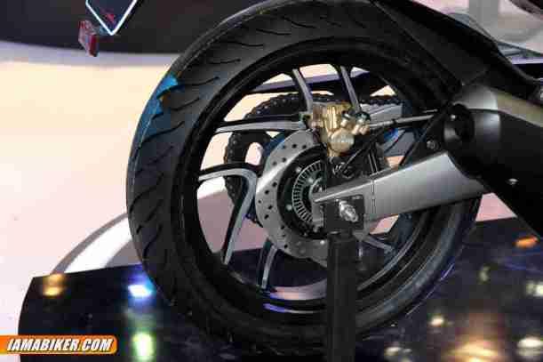 pulsar cs400 - rear tyre and disc
