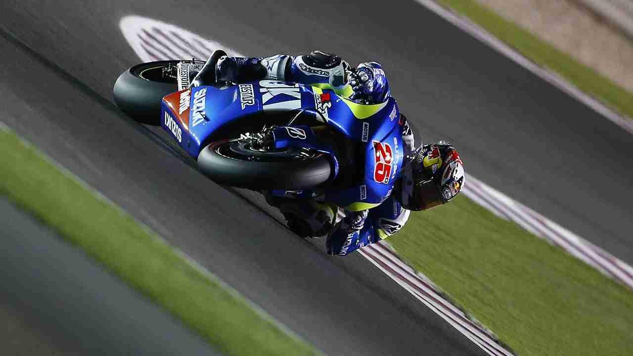 Maverick Vinales elbow down Ecstar Suzuki MotoGP Qatar 2015
