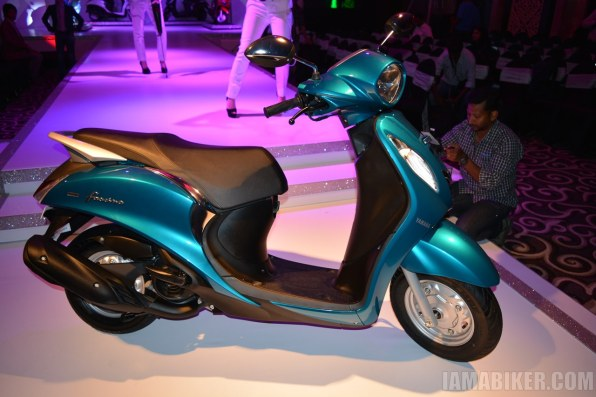 Yamaha Fascino scooter blue side view
