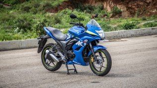 Suzuki Gixxer SF images - front right view