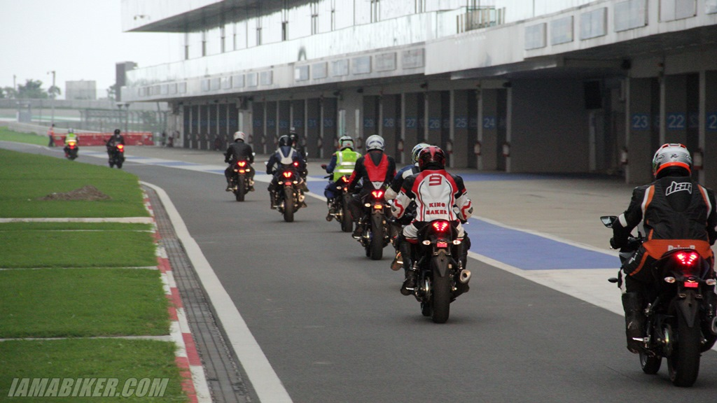 Yamaha YZF-R3 Buddh International Circuit pitlane