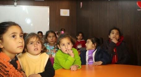 ماما فاطمة … لاجئة سورية حولت خيمتها مدرسة لتعليم الاطفال مجاناً