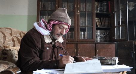 قارئ للكتاب يؤسس مكتبته الجديدة في عفرين