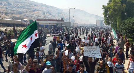 سوريون على الحدود التركية يحتجون وحرس الحدود يردون بغازات مسيلة للدموع (عن الانترنت).