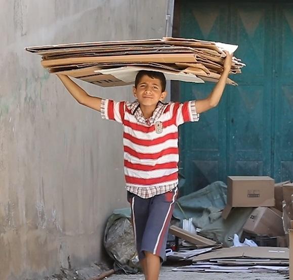 طفل سوري في لبنان يعمل في جمع الكرتون