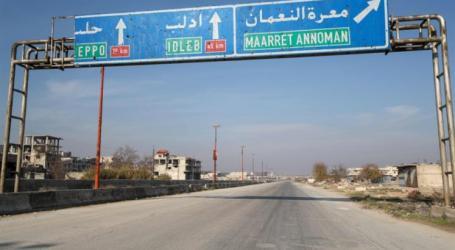 """بعد قصف كثيف.. """"النظام"""" يقطع الطريق الدولي ويقترب مِن المعرة"""