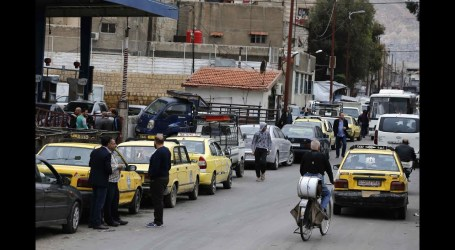 أزمة بنزين خانقة في مناطق السلطة السورية وطوابير لا تنتهي للحصول على الوقود