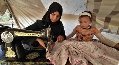 فقدت زوجها ولم تفقد عزيمتها… امرأة سورية تكسب قوت يومها من الخياطة