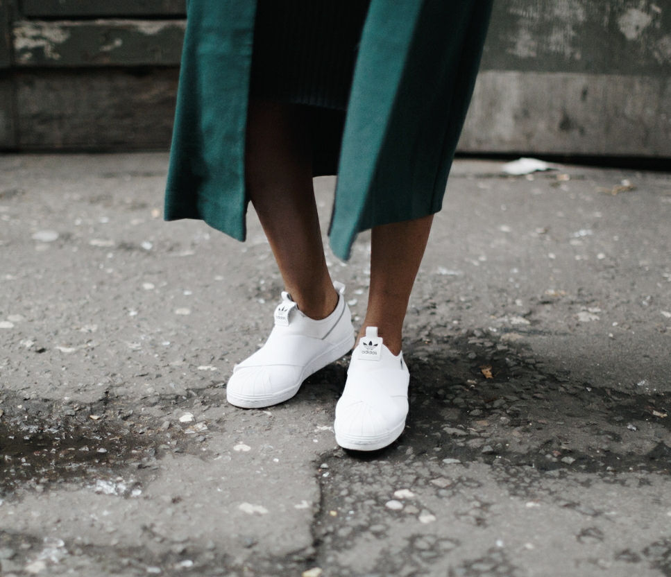 how to wear white trainers, fashion blogger wearing adidas superstar slip on