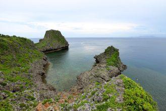 海に突き出た岩場が特徴的