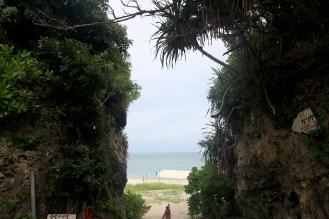 岩の間を抜けていくと、そこには海が