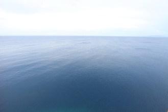 水平線の見える真っ青な海