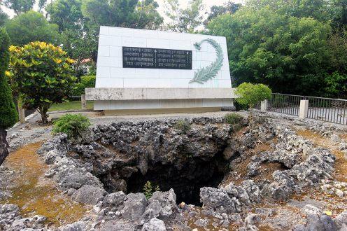 塔の手前には、多くの方が犠牲となった濠が残されています
