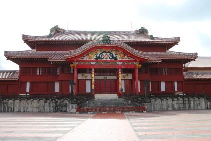 琉球王国の栄華をしのばせる堂々とした外観