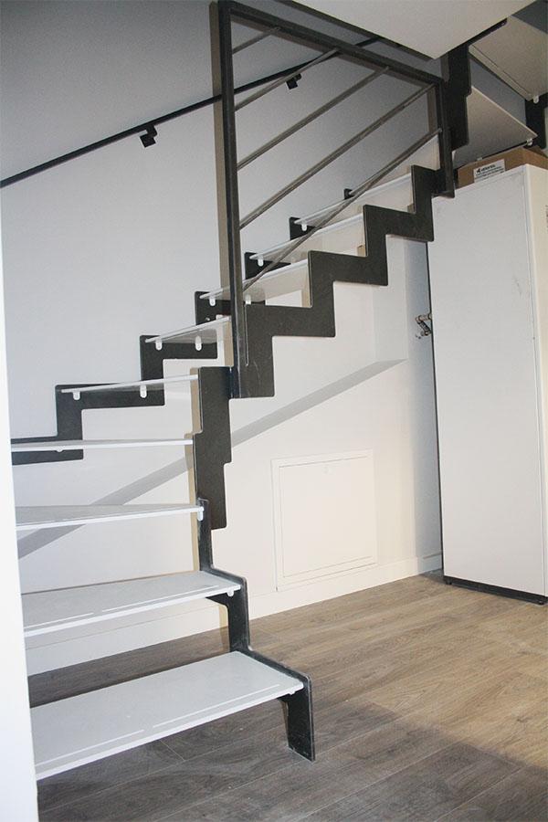 Tres escaleras modelo Villabona metlicas y de diseo