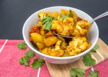 Looking for great vegetarian Indian food? Try this delicious aloo gobi recipe of cauliflower and potato curry
