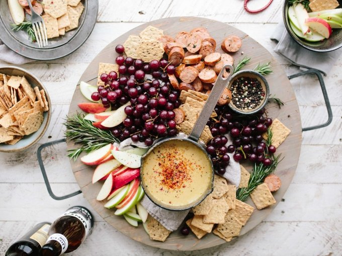 House warming party etiquette dictates that hosts should plan on serving food. Good housewarming party foods ideas are finger foods or things that can be eaten easily while guests mingle, such as hors d'oeuvres.