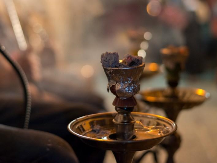 حقائق لا تعرفها عن النارجيلة (الشيشة) - خليط من التبغ متنوع النكهات - مرور الهواء المسخن بالفحم عبر خليط التبغ، ثم يمر بوعاء مملوء بالماء
