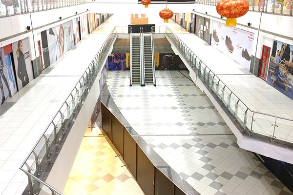 Com shoppings vazios, comerciantes abrem lojas para faturar R$ 50 por dia
