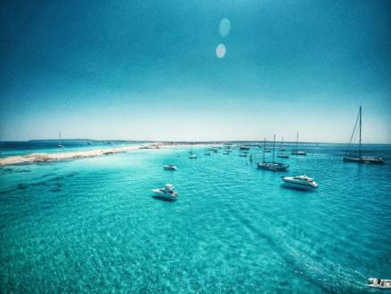 Voor anker bij Formentera om lekker te zwemmen in het mooie water