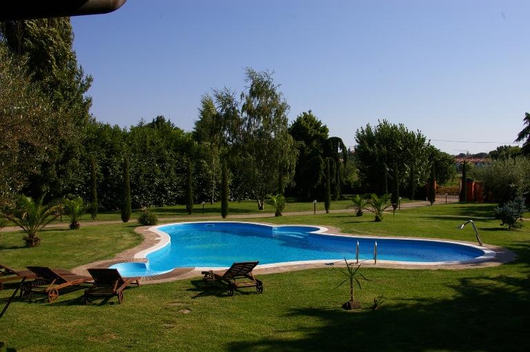 Piastrelle atermiche e antiscivolo per il solarium della piscina