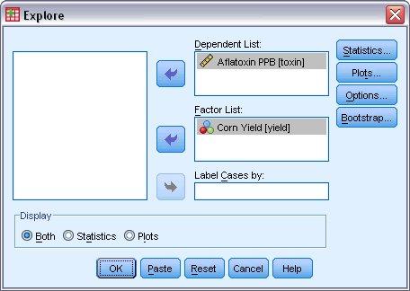 """مربع الحوار """"استكشاف"""" Explore مع تحديد Aflatoxin PPB كمتغير تابع و""""عائد الذرة"""" Corn Yield كمتغير مستقل. الإحصائيات الوصفية لمجموعات البيانات  - التحليل الاستكشافي في SPSS"""