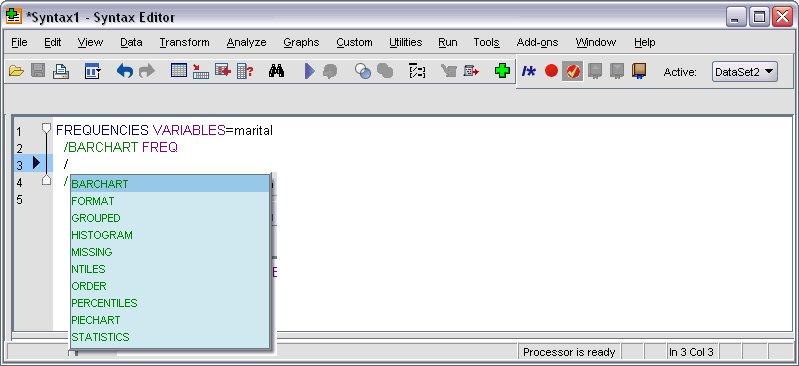 نافذة تحرير بناء الجملة البرمجية في المحرر ويعرض عنصر تحكم الإكمال التلقائي المملوء بالأوامر الفرعية لـ FREQUENCIES