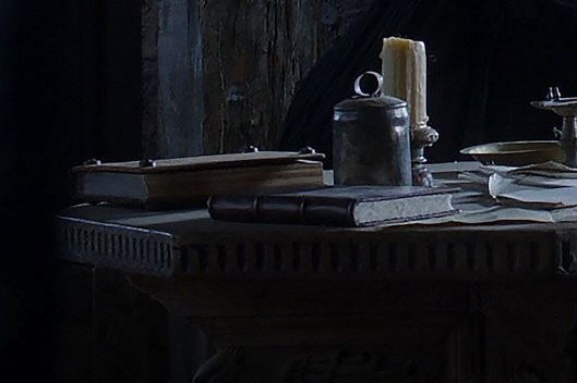 GoT S01E09 00.12.37 - Lord Mormont's Room - books close-up