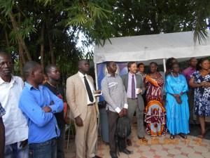 Les invités et le personnel de l'ambassade des États-Unis attentifs à l'allocution du Premier conseiller