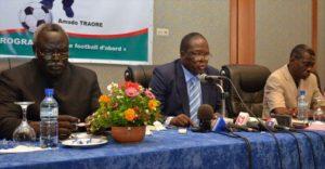 Le présidium lors de la conférence de presse, M. Amado Traoré (centre)