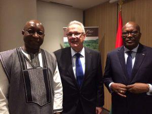 Le Premier ministre (Gauche) Paul Kaba Thièba à Paris lors de la table ronde de bailleurs de fonds