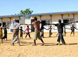Au Niger, les élèves se donnent à des activités récréatives dans les cours des écoles