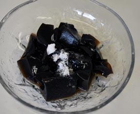 仙草蜜。中国原産の仙草を乾燥させたものを、煮つめた汁を冷やすとゼリー状になります。暑気あたり防止効果のあるデザートとして、香港や台湾でも人気があるそうです。