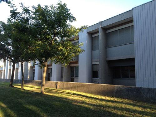 esterno dell'edificio scolastico e giardino