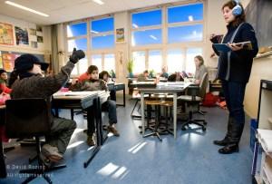 Nederland Rotterdam 15 februari 2008 20080215 Warme Truiendag. Kinderen van basisschool Odilia gehuld in dikke truien in klaslokaal om energie te besparen en de co2 uitstoot te verminderen De Warme Truiendag is elk jaar op of rond 16 februari, de dag waarop in 2005 het Kyoto-protocol in werking trad. In 2008 is gekozen voor de werkdag die het dichtst bij deze datum ligt: vrijdag 15 februari. De bedoeling van het Kyoto protocol is om de uitstoot van broeikasgassen, die leiden tot klimaatverandering, wereldwijd te verminderen. De dag herinnert iedereen aan de afspraken van het verdrag: ook in Nederland moet de uitstoot van broeikasgassen verminderen.Het Klimaatverbond roept samen met Z@APP op Nederland 3, iedereen in Nederland op om vrijdag 15 februari 2008 mee te doen aan de Warme Truiendag. Ga die dag in een warme trui naar school of kantoor en vraag de directie de verwarming enkele graden lager te zetten. De verwarming één graad lager betekent 7% minder energieverbruik en dus 7% minder CO2-uitstoot. Hiermee kun je het klimaat sparen zonder comfortverlies. Lees op www.warmetruiendag.nl meer over hoe je deze dag op school en op kantoor nog meer kunt aankleden en invulling geven. Minder CO2-uitstoot door Warme Truiendag Vrijdag 15 februari is het Warme Truiendag. Op deze dag komen leerlingen en leerkrachten van deelnemende scholen in een warme trui naar school. Hierdoor kan de verwarming enkele graden naar beneden. Eén graad lager betekent al 7% minder energieverbruik en dus 7% minder CO2-uitstoot. De Warme Truiendag vindt jaarlijks plaats rond 16 februari omdat op deze dag in 2005 het Kyotoprotocol werd ondertekend. De Warme Truiendag herinnert iedereen aan de afspraken van het verdrag. De gemeente Rotterdam vindt de Warme Truiendag een goede manier om het klimaatbeleid onder de aandacht te brengen. De stad neemt de actie over in het kader van het Rotterdam Climate Initiative. Het is een concrete vorm om kinderen en ouders te informeren over energiebespa