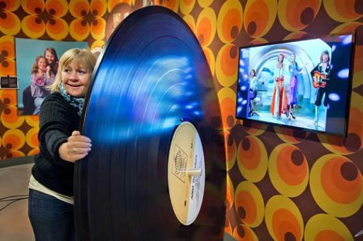 Ingmarie Halling with a rather large copy of 'The Visitors' album! Photo: Lars Pehrson