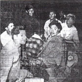 """Los 17 tripulantes del """"Caplina"""", lograron salvarse. Fueron ayudados por vecinos y pescadores chorrillanos. (Foto: Diario """"La Prensa"""")."""