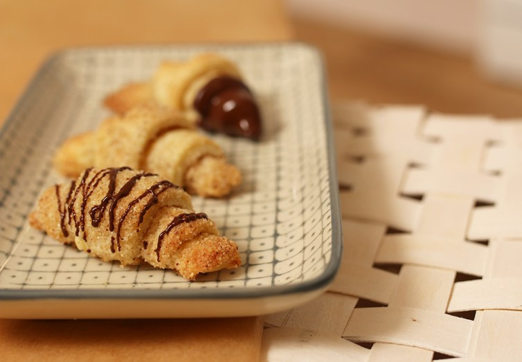 Diese Mini Nusshörnchen mit Schokolade sind ein absolutes Muss für die Keksdose. Mandelhörnchen im Glas sind auch ein tolles Mitbringsel | Ichsowirso
