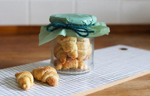 Diese Mini Mandelhörnchen sind ein absolutes Muss für die Keksdose. Schokoladenhörnchen im Glas sind auch ein tolles Mitbringsel | Ichsowirso