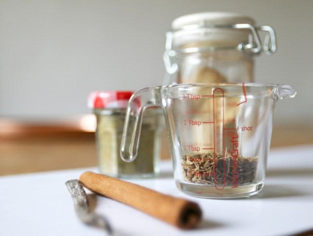 Sirup für Chailatte ist super schnell gemacht. Der winterliche Chaisirup ist auch ein super Geschenk zu Weihnachten. Rezept jetzt auf dem Blog | Ichsowirso
