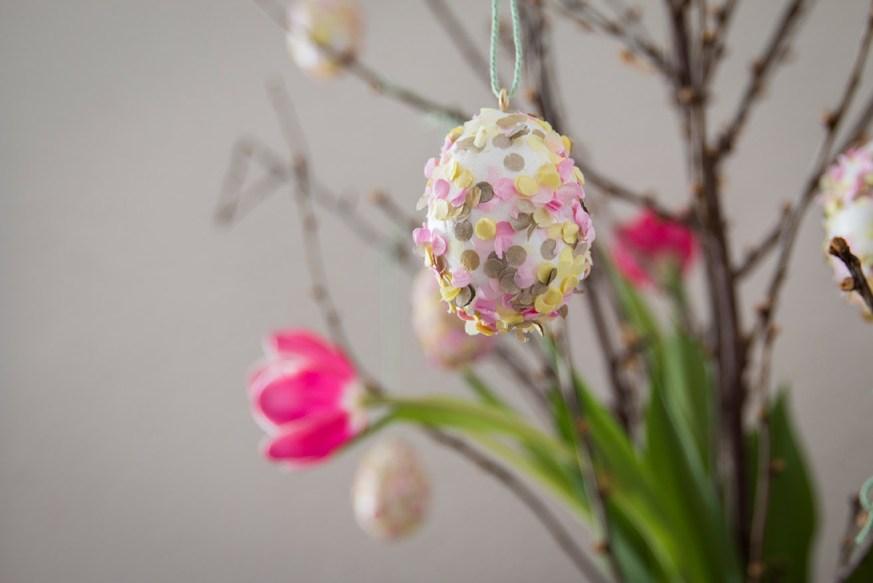 Ostereier mit Konfetti basteln ist eine super einfache Batelidee zu Ostern mit Kleinkindern. Wie es geht seht ihr auf dem Blog.