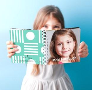 kleineprints-fotobuch-maedchen-hand