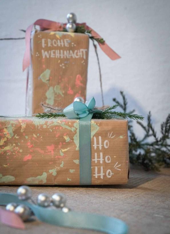 DIY zum Geschenkpapier selber gestalten. Eine kreative Idee für das Verpacken von Weihnachtsgeschenken ist selbstgemachtes Geschenkpapier | Ichsowirso.de
