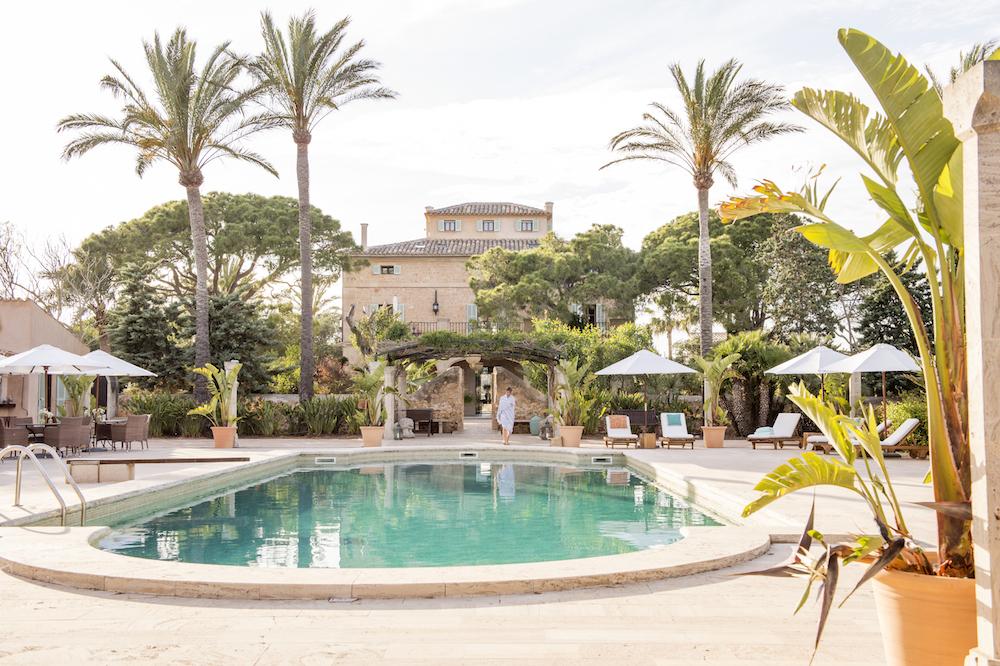 Retreat Cal Reiet Mallorca. Meine Reiseplanung für dieses Jahr ist schon fast abgeschlossen. Alles ist gebucht und ich freue mich auf eine bunte Mischung aus Familienzeit, Paarauszeiten und Entspannung ganz alleine. Was wir gebucht haben und wo es für uns hin geht lest ihr jetzt auf dem Blog | Ichsowirso.de