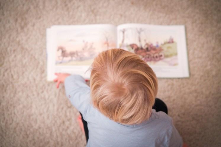 Bücher angucken im Wohnzimmer vor dem Tipi, wie gemütlich. Ich schreibe über die Helden meiner Kindheit. Bücher und Geschichten aus dem Tausendkind Shop von Pipi, Madita und Bibi. Und was davon kann ich an meine Kinder weiter geben.   Ichsowirso.de