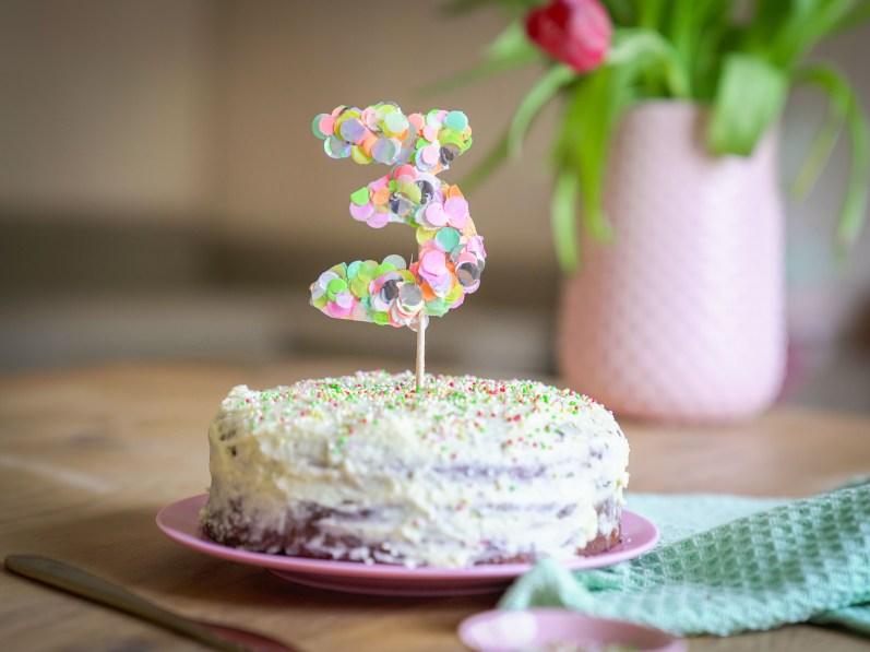 Caketopper aus Konfetti sind ein super DIY für Geburtstagskuchen oder als Verziehrung von Kuchen. Basteln zum Geburtstag mit Konfetti. Buntes und schnelles DIY   Ichsowirso.de
