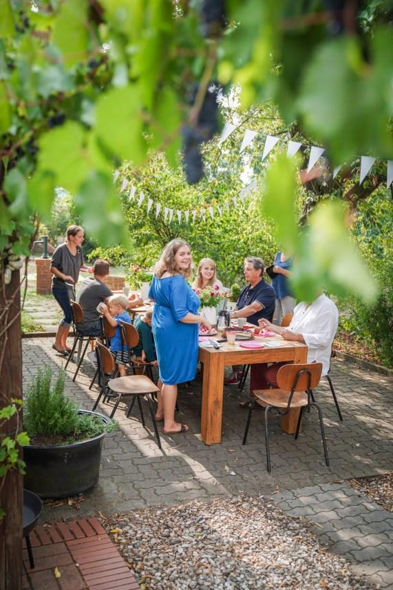 Innenhof Party mit herbstlichem besonderen Nudelsalat mit Pfifferlingen und Frühlingszwiebeln. Frisch und mit einen Hauch vom Herbst. Das Rezept findet ihr auf dem Blog | ichsowirso.de