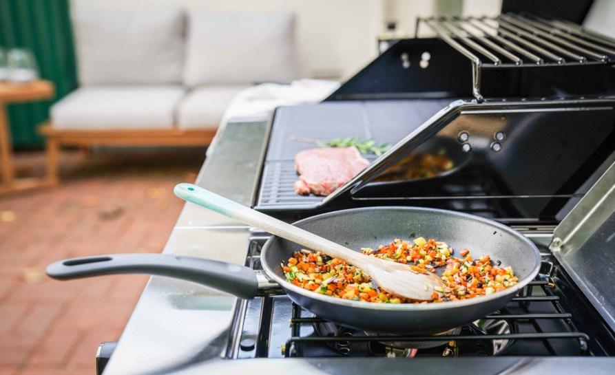 Wir haben unseren neuen Grill eingeweiht und für euch habe ich ein Grillrezept Stulle mit Steak und Rosmarin Gemüse auf Ziegenfrischkäse.   Ichsowirso.de